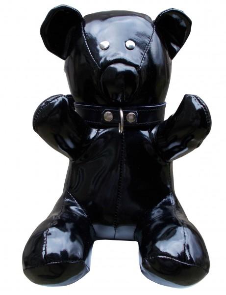 Sitzender Fetisch Bär im schwarzen Lackoutfit ❘ Halsband & Führungsleine